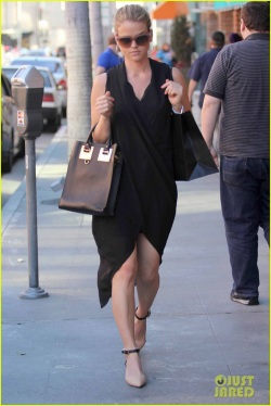 alice-eve-stylish-for-manicure-trip-in-la-05