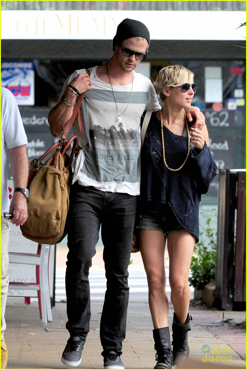 chris-hemsworth-elsa-pataky-sydney-stroll-with-india-03