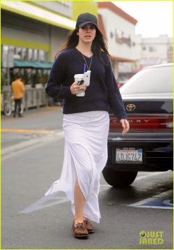 lana-del-rey-spends-thursday-shopping-partying-04