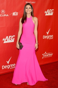 Victoria+Justice+2014+MusiCares+Person+Year+cuIsJKJBbrqx