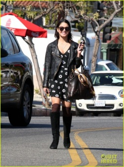 bffs-vanessa-hudgens-ashley-tisdale-get-lunch-at-aroma-01-520x700