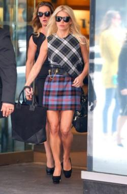 Plaid+Jessica+Simpson+Stops+Office+Building+M-f2KpKic4Nx-459x700