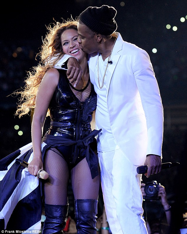 Jay-Z-Kisses-Beyonce-New-Jersey-July-2014-rhodiesworld