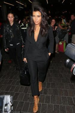 1416035617052_wps_51_Kim_Kardashian_and_her_cl-466x700