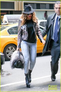 beyonce-wears-the-fiercest-outfit-in-nyc-11-468x700
