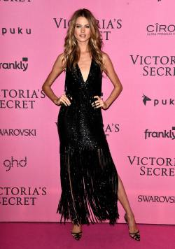 Behati_Prinsloo_Arrivals_Victoria_Secret_Fashion_P3jWM06DdPOx