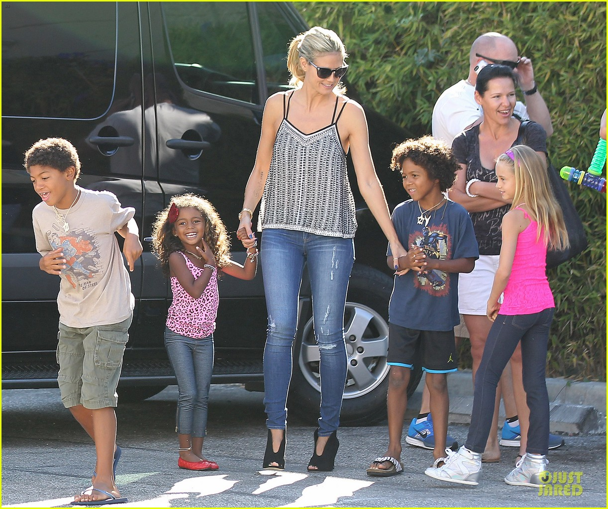 heidi-klum-martin-kirsten-beach-bike-ride-with-kids-10