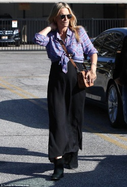 2569C8F500000578-2943979-Radiant_Pregnant_Molly_Sims_glowed_during_an_errands_run_in_Beve-a-1_1423355796559-476x700