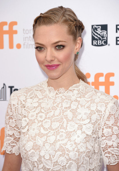 Amanda+Seyfried+While+Young+Premiere+Arrivals+hyDwlqW5yxAl