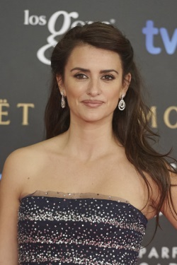 Penelope_Cruz_Goya_Cinema_Awards_2015_Red_VVVzcovJgjAx