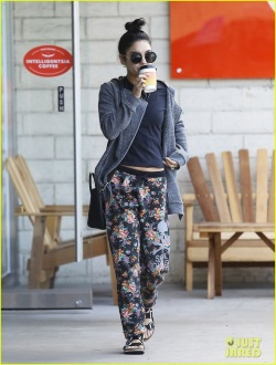 vanessa-hudgens-reunited-with-pet-pooch-01-531x700