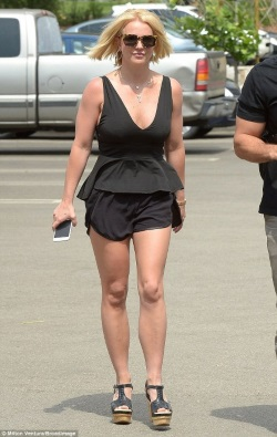 298486FB00000578-3119092-Ready_for_summer_Britney_Spears_displayed_her_muscular_legs_in_t-a-9_1433999653909-443x700