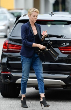 Charlize_Theron_arrives_at_Bouchon_in_Beverly_Hills_June_4-2015_004-451x700