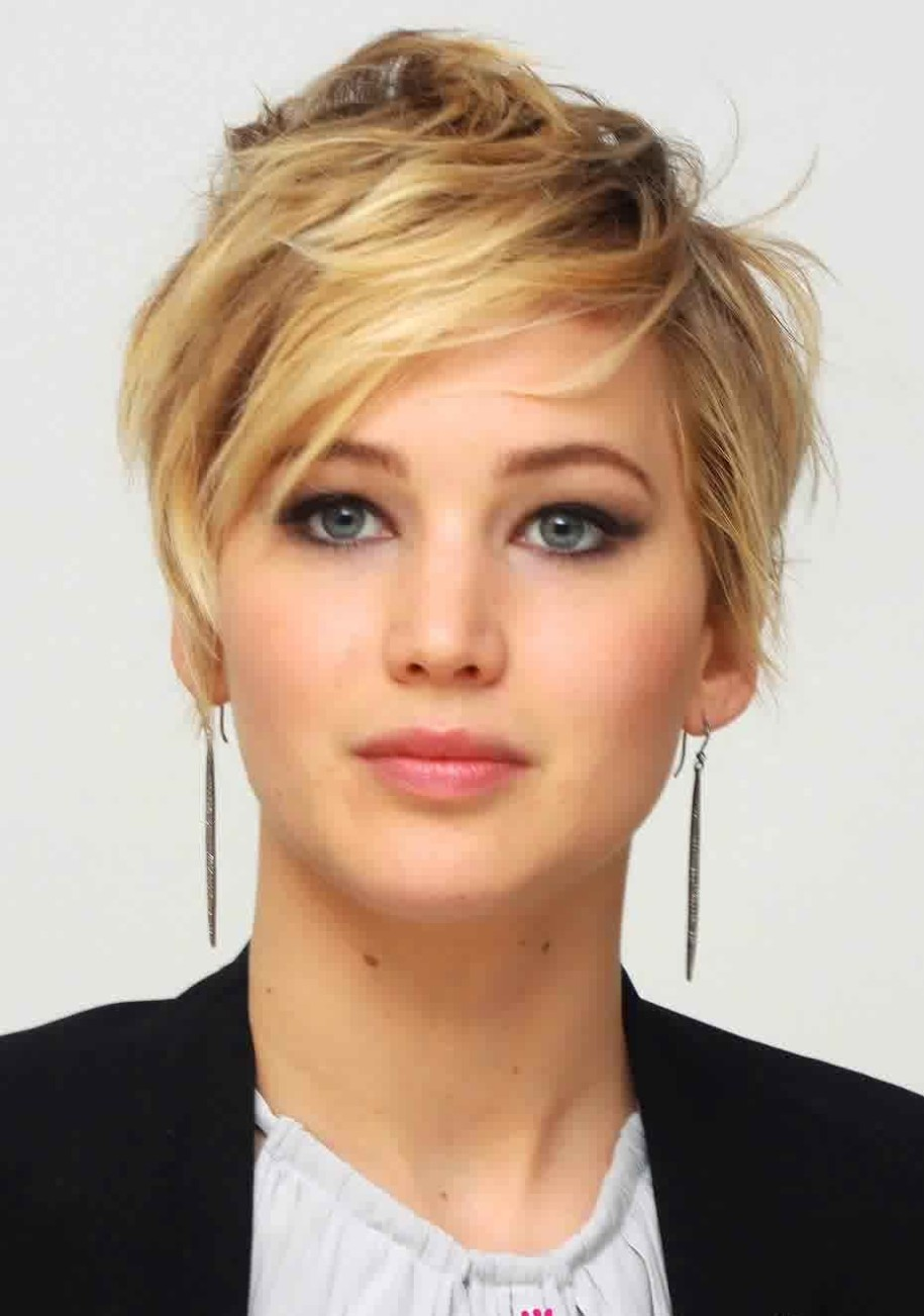 Jennifer-Lawrence-Short-Messy-Hairstyle-With-Swept-Bang-And-Long-Earrings-Trend-2015-915x1303