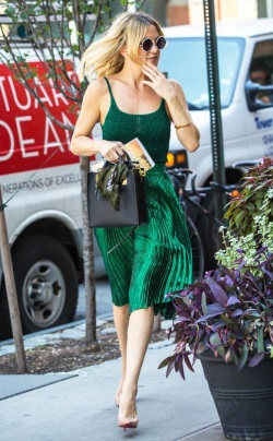 Kate-Hudson-shimmered-in-green-while-out-and-about-in-Manhattan.-433x700