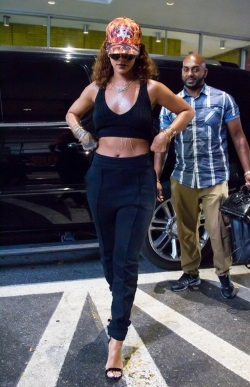 Rihanna-Steps-Out-In-NYC-Y40gSdbLgHGl