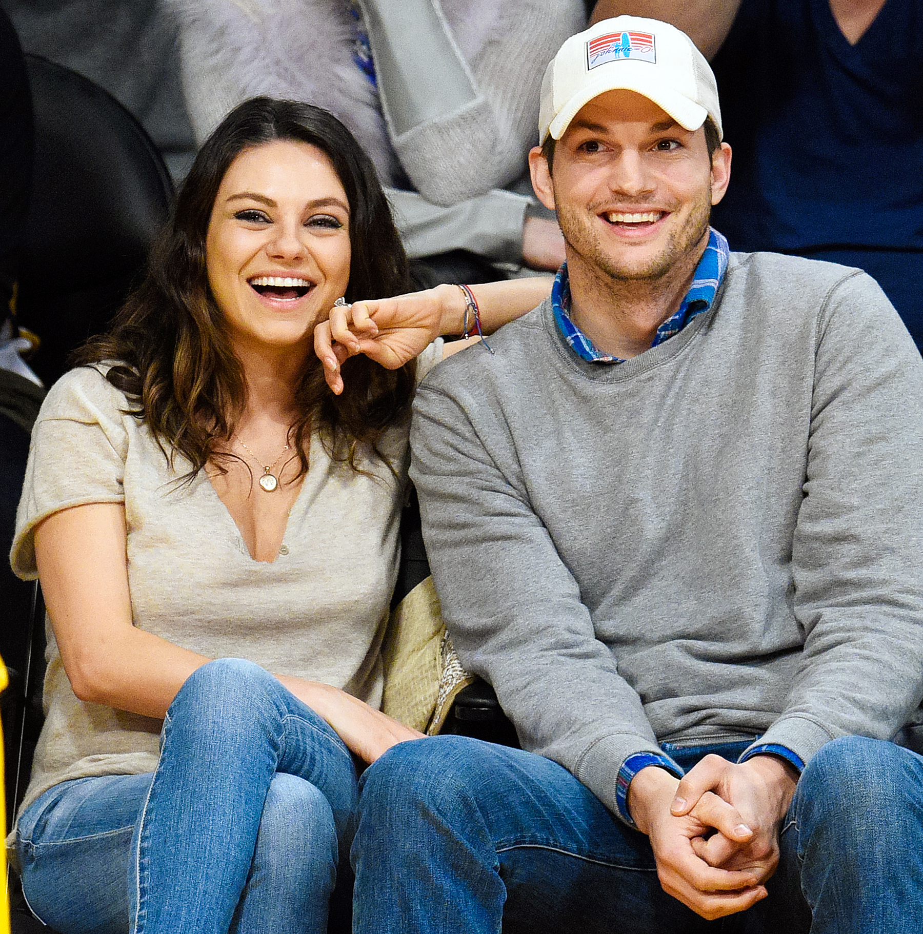 1420216328_mila-kunis-ashton-kutcher-zoom