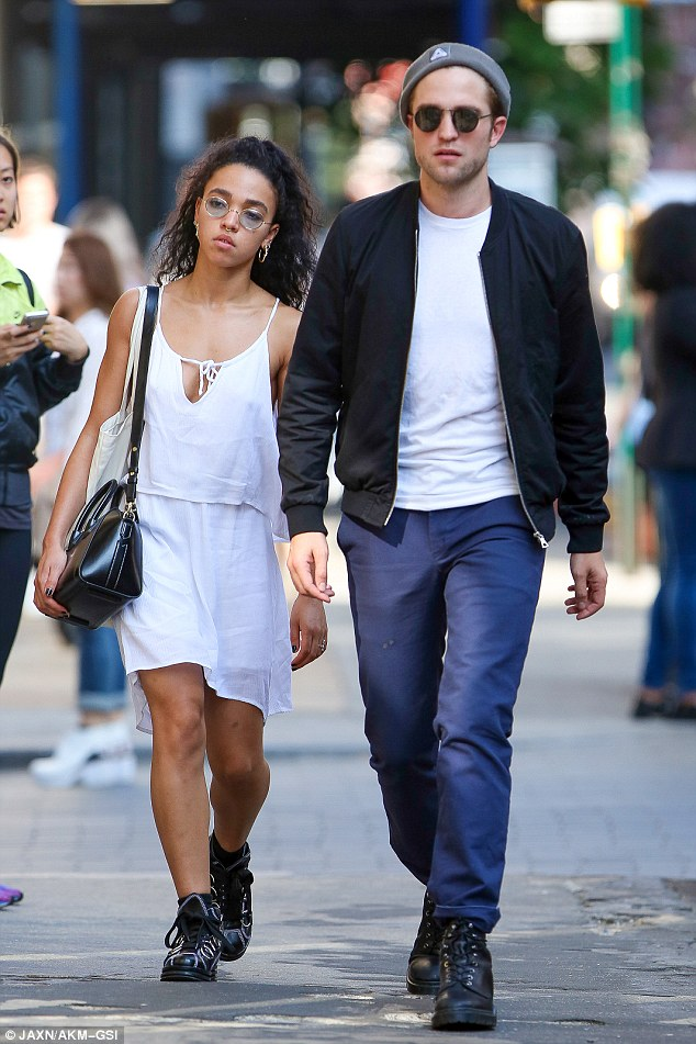 28E08C9C00000578-3088839-So_in_love_Robert_Pattinson_and_fiancee_FKA_twigs_took_a_stroll_-a-10_1432109808748