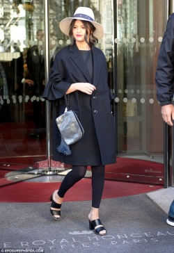 2CDC226C00000578-3252273-On_point_Selena_Gomez_23_was_suitably_chic_as_she_stepped_out_on-a-173_1443455763984-481x700