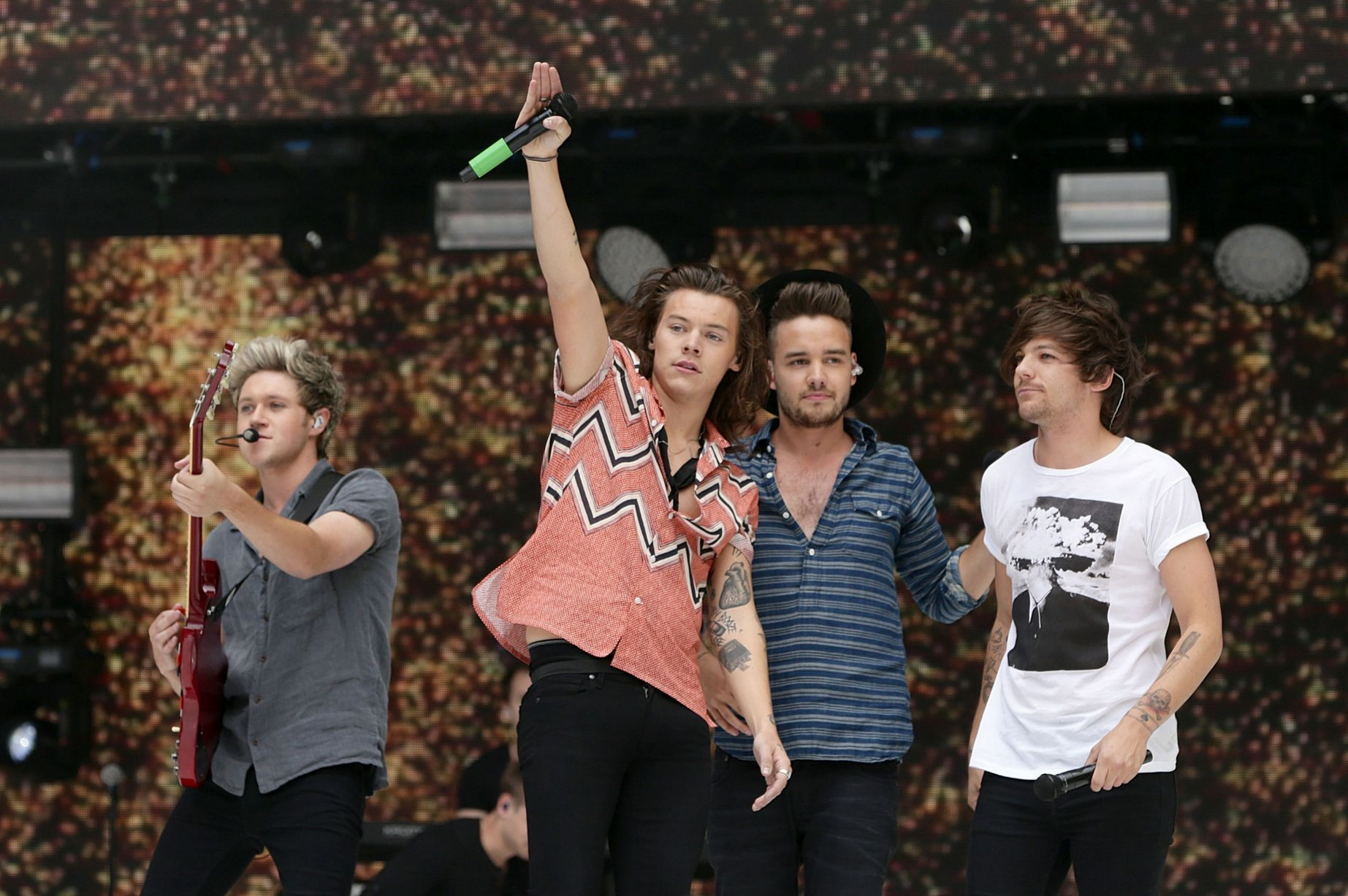 One-Direction-perform-on-stage