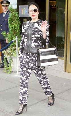 Mother-Monster-Lady-Gaga-kept-it-interesting-in-a-black-and-white-outfit-in-New-York-City.-433x700